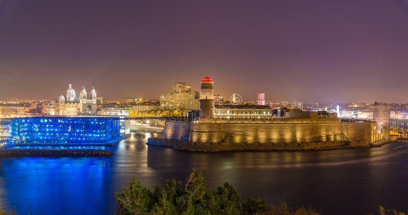 Vista di notte di San-Jean forte e della cattedrale a Marsiglia, Francia immagini stock libere da diritti