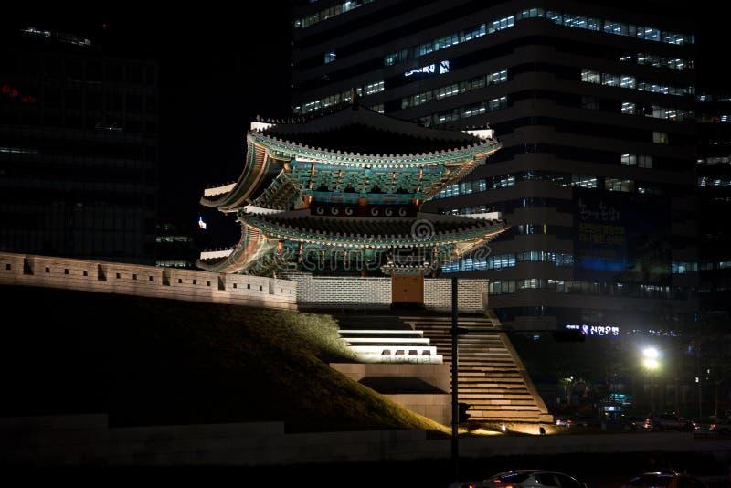 Vista di notte di Seoul delle vie della città fotografia stock libera da diritti