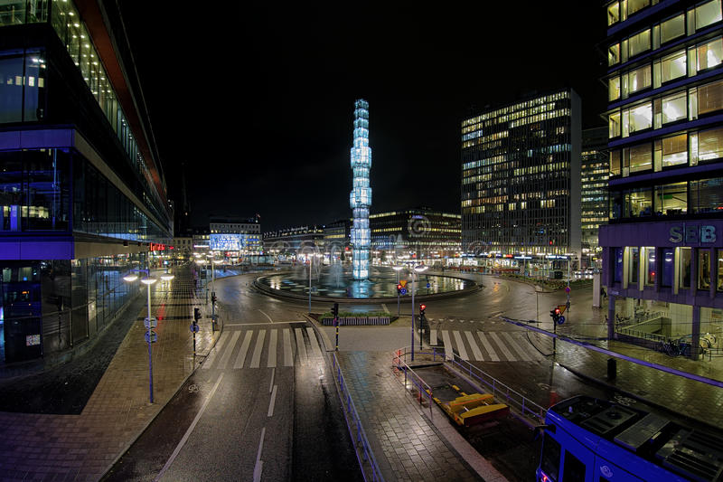 Vista di notte di Sergels Torg a Stoccolma, Svezia fotografia stock