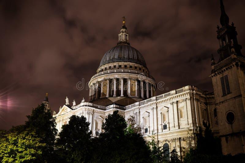 Vista di notte di St Paul & di x27; cattedrale di s con una centrale del cielo nuvoloso immagini stock