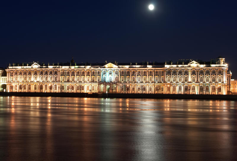 Vista di notte di St Petersburg. Palazzo di inverno dal fiume di Neva immagini stock libere da diritti