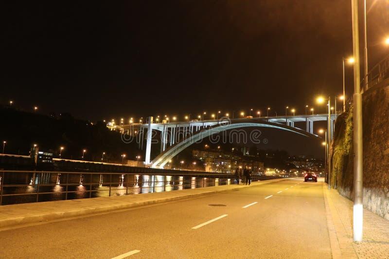 Vista di notte di un ponte Oporto - nel Portogallo fotografia stock libera da diritti