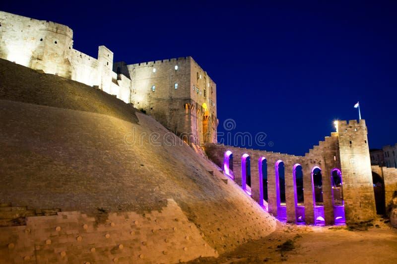 Vista di notte di vecchia cittadella di Aleppo, Siria fotografie stock