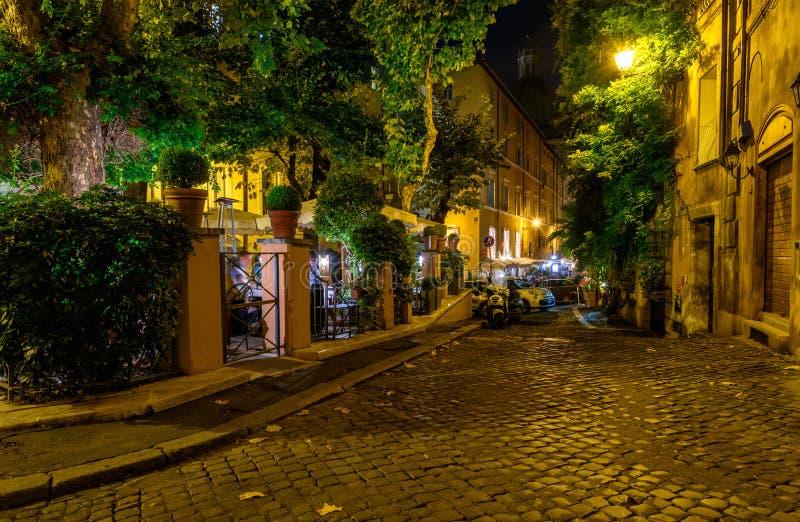 Vista di notte di vecchia via accogliente a Roma fotografia stock