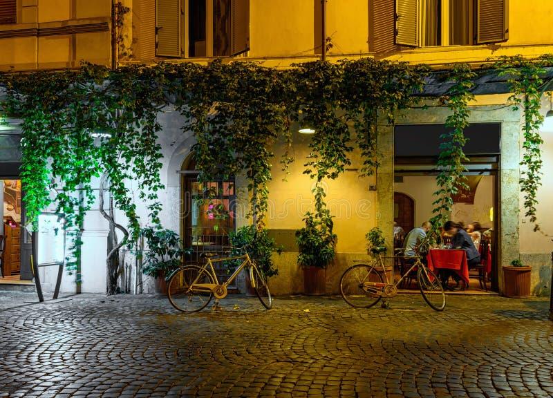 Vista di notte di vecchia via accogliente in Trastevere a Roma fotografia stock libera da diritti