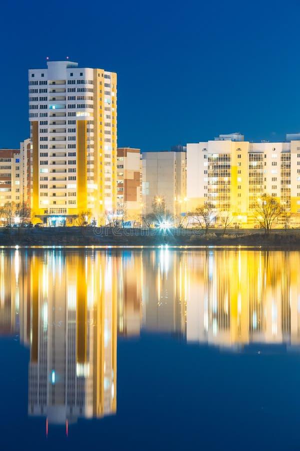 Vista di notte di zona residenziale urbana vicino al lago city o fiume e parco fotografia stock libera da diritti