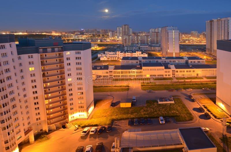 Vista di notte di nuova area urbana da un'altezza fotografia stock