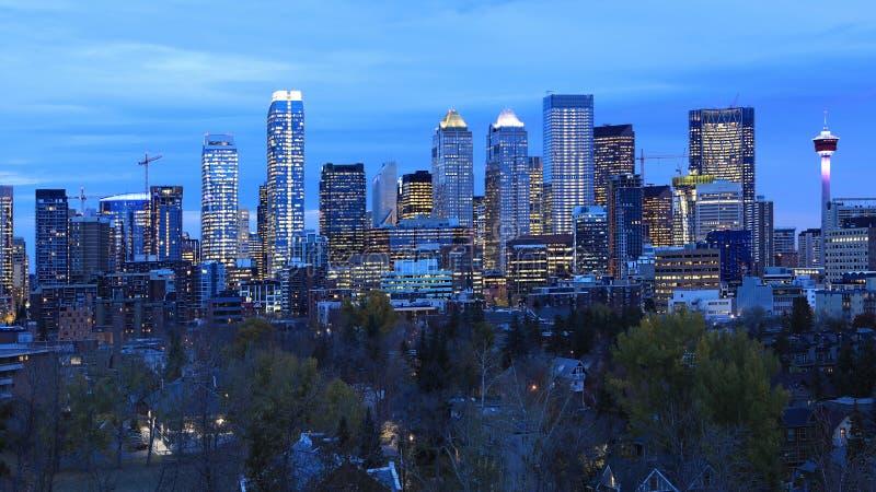 Vista di notte orizzonte di Calgary, Canada fotografie stock libere da diritti