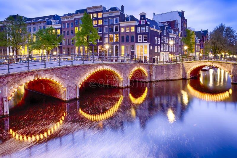 Vista di notte di paesaggio urbano di Amsterdam con uno dei suoi canali fotografia stock