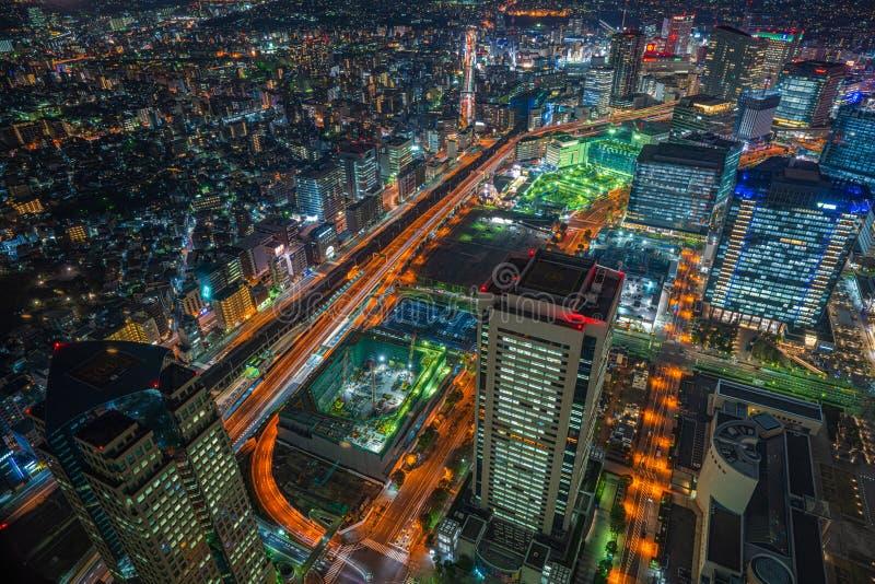 Vista di notte di paesaggio urbano dei grattacieli a Yokohama, Giappone fotografia stock libera da diritti