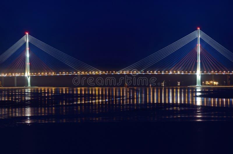 Vista di notte per il ponte all'isola di Russky in Vladivostok fotografie stock libere da diritti