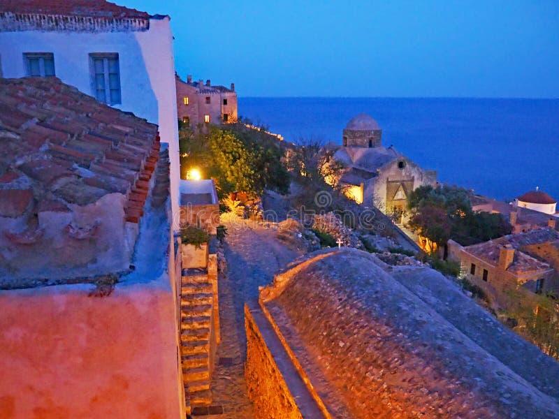 Vista di notte sopra i tetti in Monemvasia, Grecia immagine stock