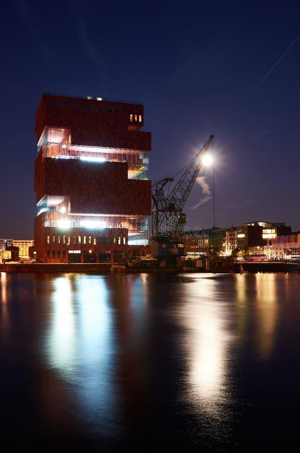 Vista di notte sopra il museo di MAS a Anversa fotografie stock libere da diritti