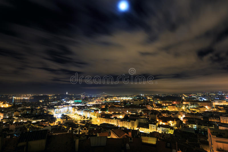 Vista di notte sopra Lisbona fotografia stock