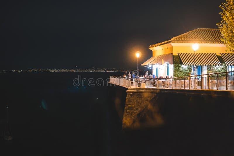 Vista di notte di Sorrento e del mar Mediterraneo, Italia fotografie stock