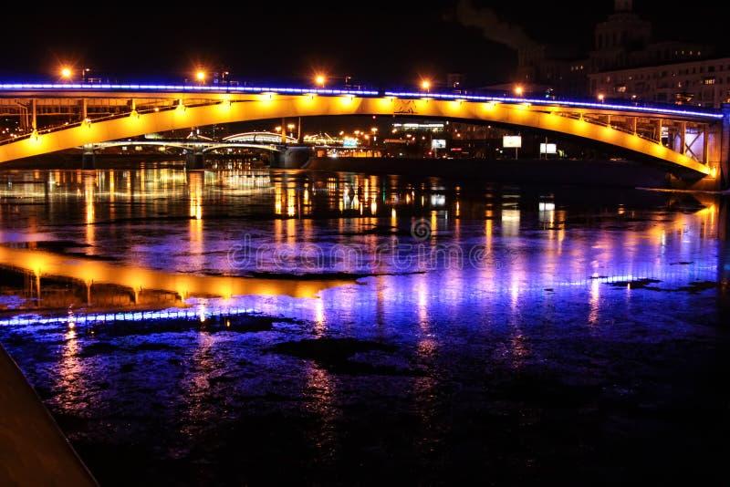 Vista di notte sui ponti di Mosca fotografia stock