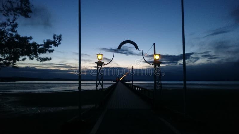 Vista di notte sul lago Siljan fotografia stock libera da diritti