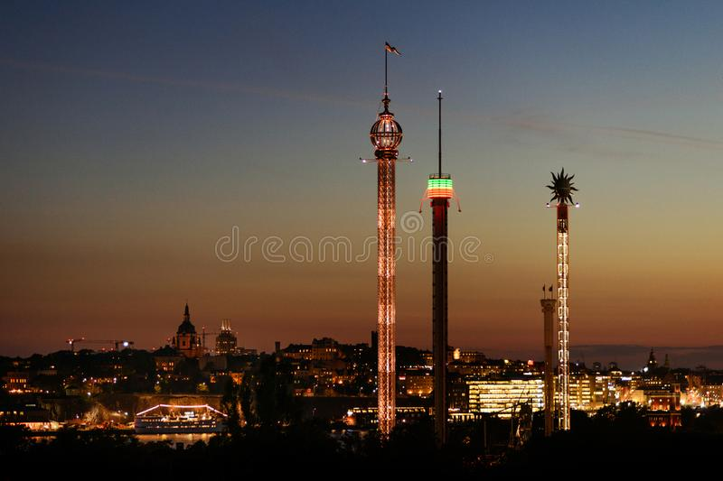 Vista di notte sul parco di divertimenti di Djurgarden a Stoccolma, Svezia immagini stock