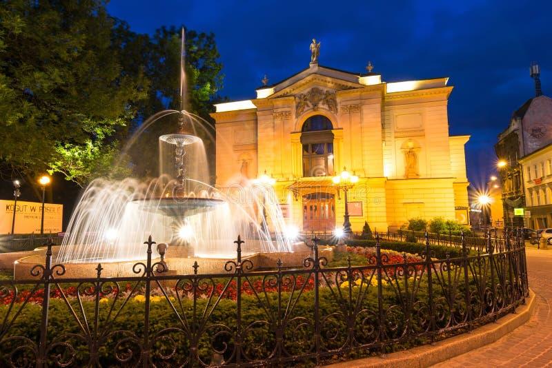 Vista di notte sul teatro con la fontana glowy in Bielsko-Biala Vista del quadrato principale fotografia stock libera da diritti