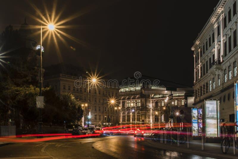 Vista di notte sul teatro nazionale di opera a Vienna, Austria immagine stock libera da diritti