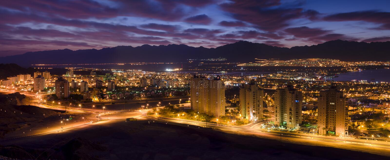 Vista di notte sulla città di Eilat, Israele immagini stock libere da diritti