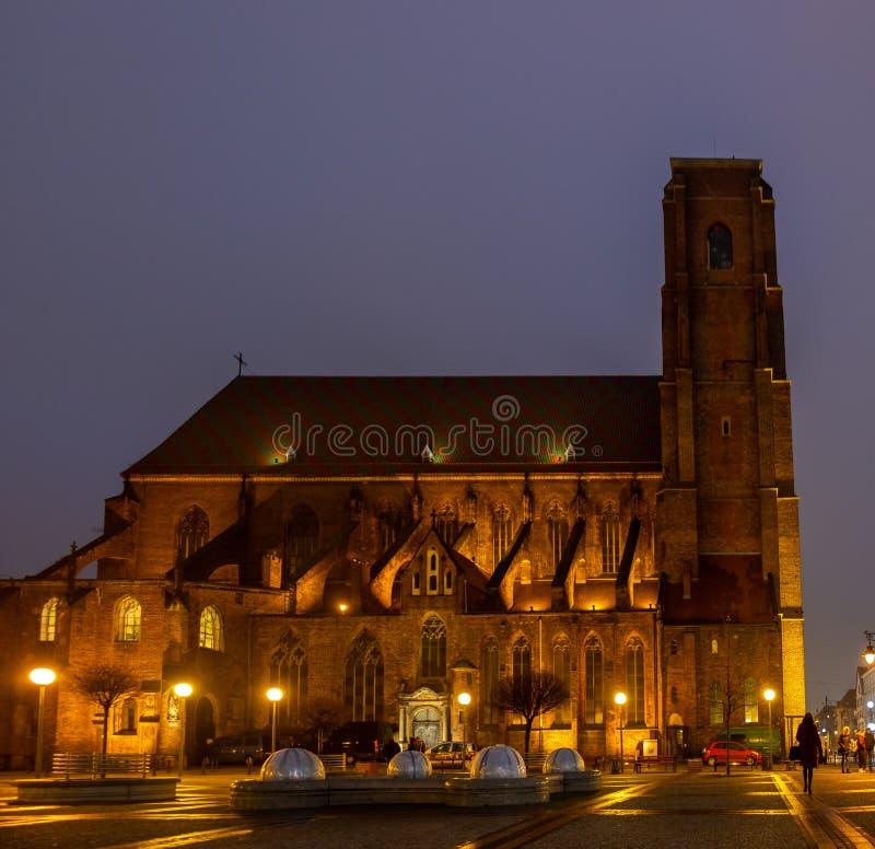 Vista di notte sulla st Mary Magdalene Church, Wroclaw immagine stock