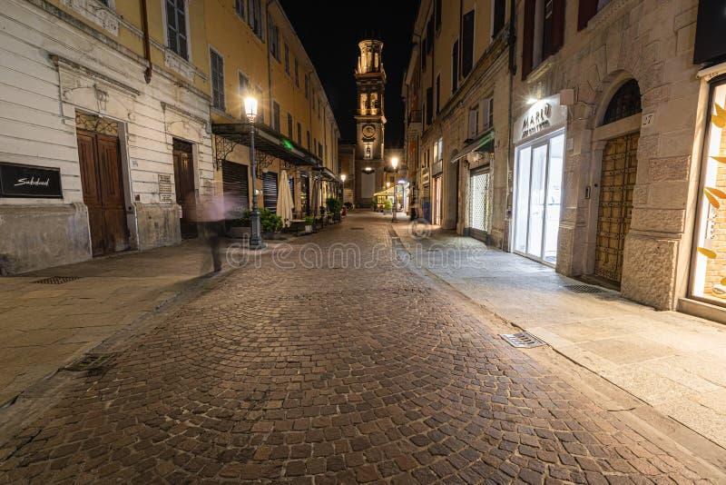 Vista di notte di una via nel centro urbano di Parma che conduce all'i campanili fotografia stock