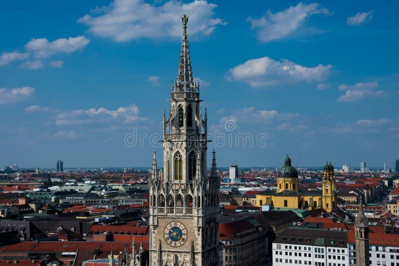 Vista di nuova torre di orologio di municipio Neues Rathaus fotografia stock libera da diritti