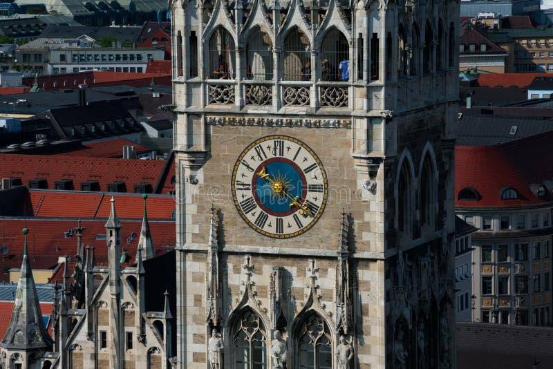 Vista di nuova torre di orologio di municipio Neues Rathaus immagini stock