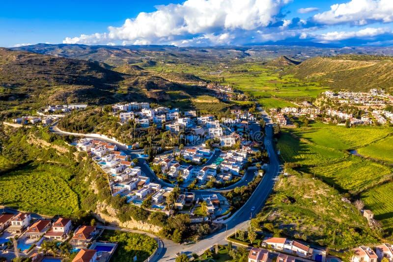 Vista di occhio dell'uccello delle case e delle ville residenziali alla baia di Pissouri, un villaggio nel distretto di Limassol, fotografie stock libere da diritti
