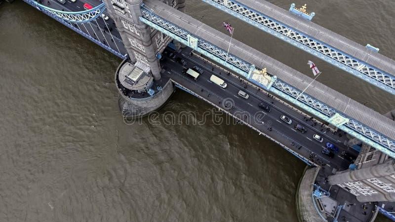 Vista di occhio di uccello aerea del ponte iconico della torre a Londra fotografia stock libera da diritti