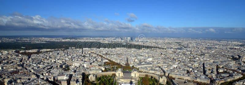 Vista di occhio di uccello di Parigi dalla torre Eiffel immagine stock