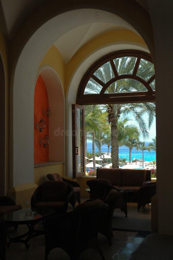 Vista di oceano attraverso la finestra incurvata in Cabo San Lucas, Messico fotografia stock libera da diritti