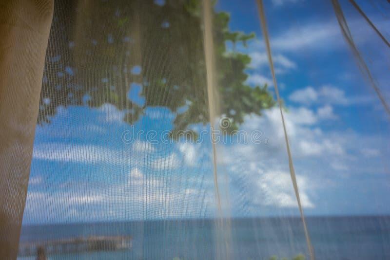 Vista di oceano dalla sedia di spiaggia, concetto di festa immagine stock