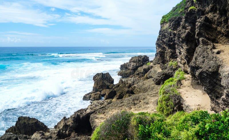 Vista di oceano rocciosa tropicale in linea costiera del Mozambico fotografia stock