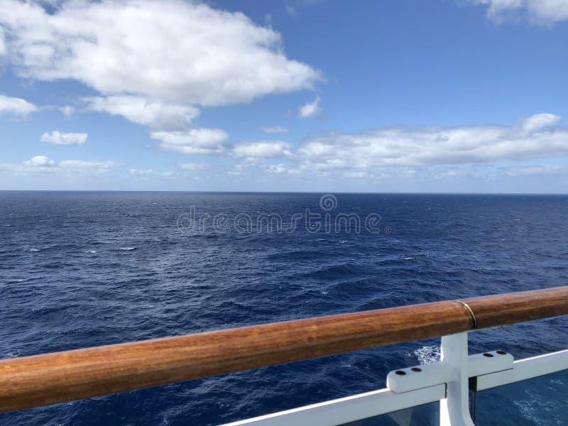 Vista di oceano senza fine dalla piattaforma di una nave da crociera fotografia stock libera da diritti