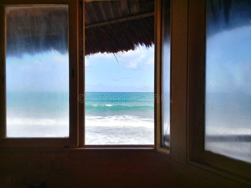 Vista di oceano sulla finestra di una casa immagine stock