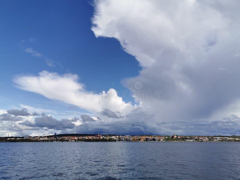 Vista di Ostersund, Svezia, cielo nuvoloso fotografie stock libere da diritti