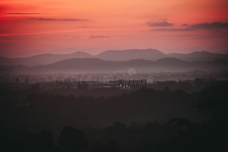 Vista di paesaggio con la luce di alba fotografie stock libere da diritti