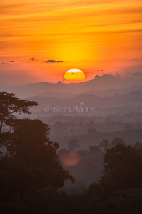 Vista di paesaggio con la luce di alba immagini stock libere da diritti