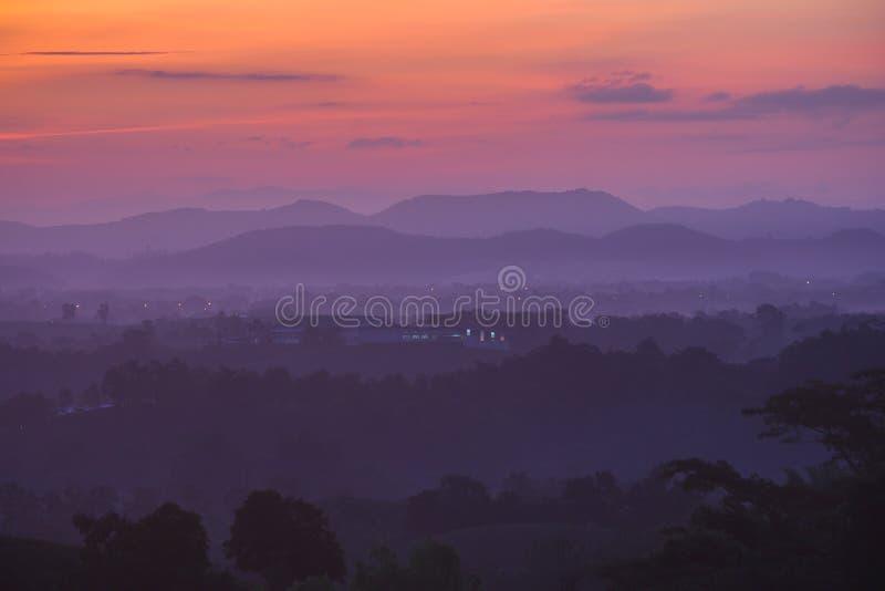 Vista di paesaggio con la luce di alba fotografie stock