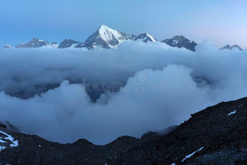 Vista di paesaggio innevato con la montagna di Weisshorn nelle alpi svizzere vicino a Zermatt Panorama del Weisshorn vicino a Zer fotografia stock libera da diritti