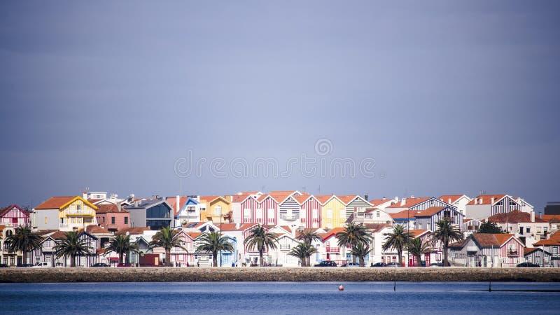 Vista di paesaggio urbano della città costiera singolare dall'acqua con le palme Costa Nova, Portogallo Con lo spazio della copia immagini stock libere da diritti