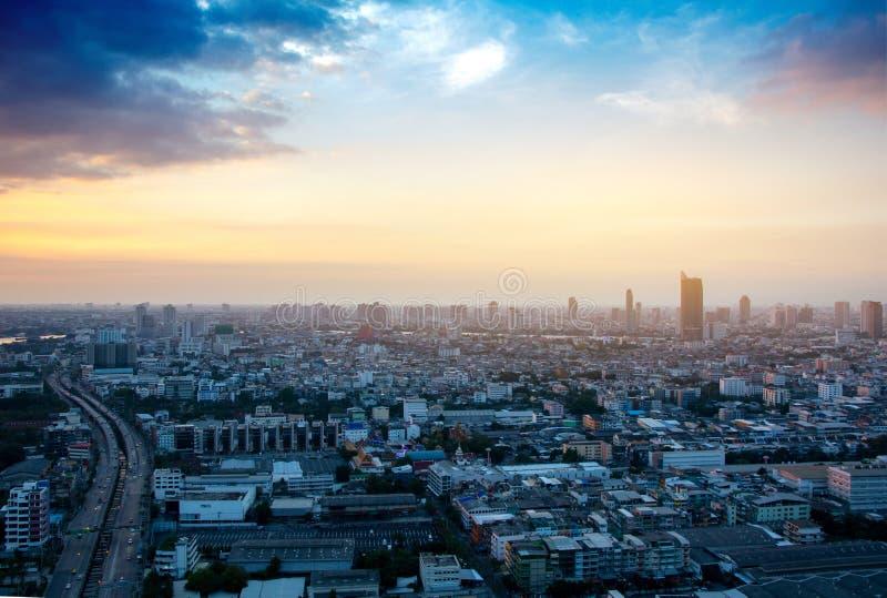 Vista di paesaggio urbano della costruzione moderna di affari dell'ufficio nella zona di affari alla notte fotografia stock libera da diritti