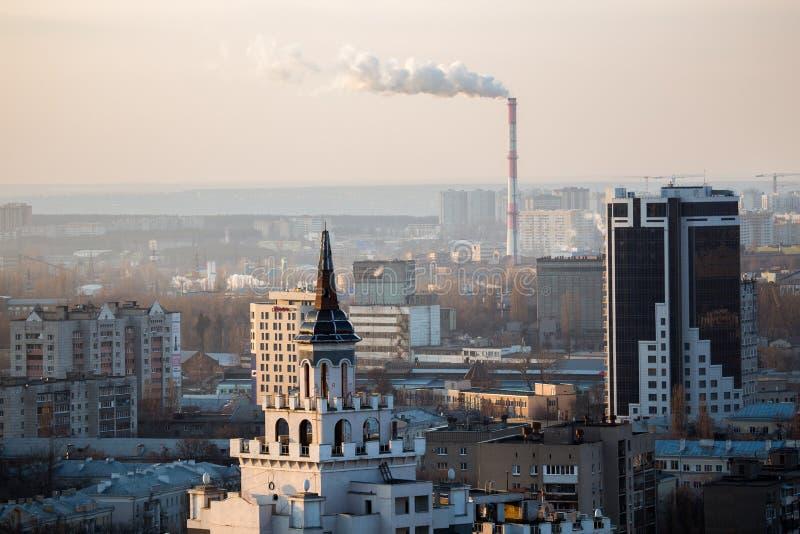 Vista di paesaggio urbano di sera di Voronež Grattacielo, tubo di fumo della fabbrica immagini stock