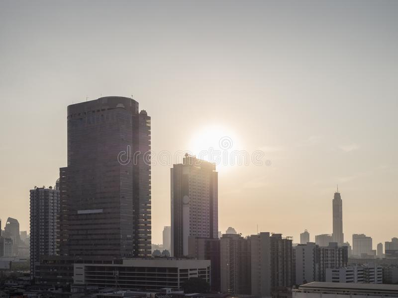 Vista di paesaggio urbano sul tramonto con inquinamento atmosferico, colore monotono, Bangkok Tailandia immagine stock
