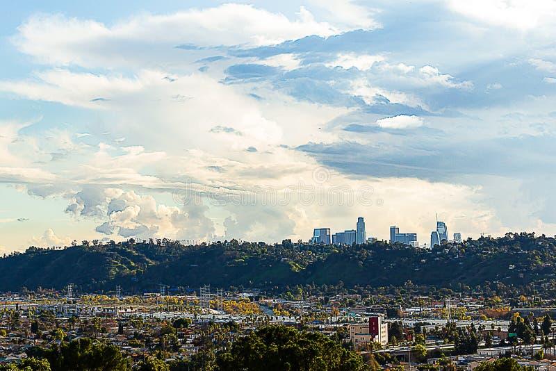 Vista di Panaramic dei commerci della città e delle case con le case del pendio di collina e delle torri del centro della LA nell immagini stock libere da diritti