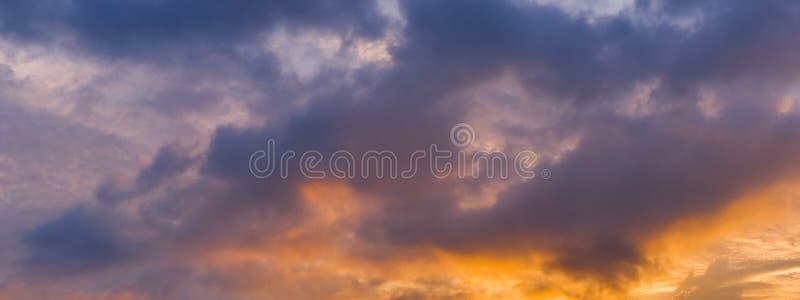 Vista di panorama di bei cielo e nuvole drammatici di tramonto della natura fotografie stock