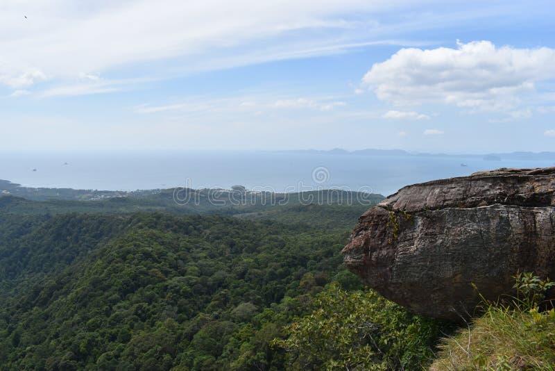 Vista di panorama con una grande roccia sopra Krabi alla traccia di escursione della giungla alla cresta del drago nel NAK di Kha fotografia stock libera da diritti