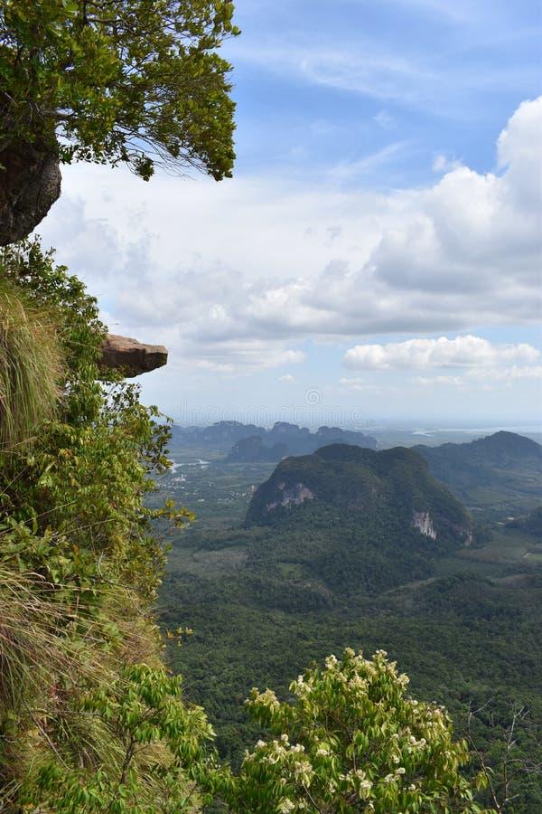 Vista di panorama con una grande roccia sopra Krabi alla traccia di escursione della giungla alla cresta del drago nel NAK di Kha fotografie stock libere da diritti